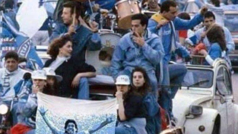 Феновете на Наполи празнуват по улиците на Неапол историческата първа титла на отбора през 1987-а.