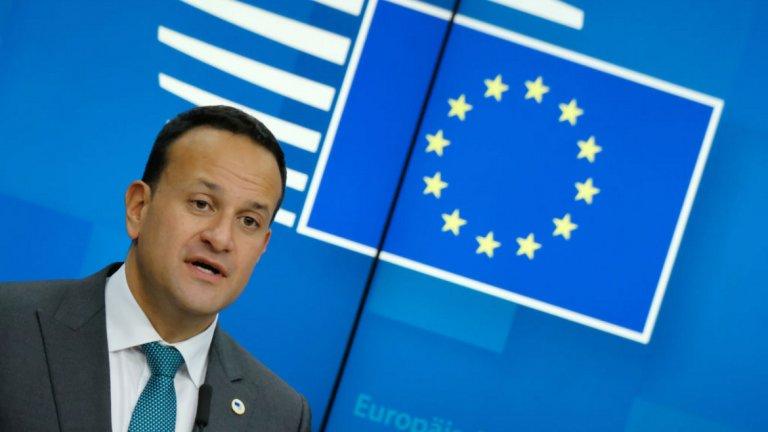 8. Лео Варадкар По време на последните преговори за Брекзит, ирландският премиер Лео Варадкар имаше пред себе си две големи опасности, които трябва да се отбягват по всякакъв начин - излизане на Великобритания от ЕС без сделка и сделка, в която има връщане на проверките по границата със Северна Ирландия. На фона на тази нелека задача той успя да превърне затруднението си във възможност.  Чрез постигането на компромис в последната минута с британския премиер Борис Джонсън, Варадкар се очерта като лице на онова, което страните от ЕС могат да постигнат, когато застанат заедно. Следващото предизвикателство пред Варадкар е да гарантира, че независимо от случващото се във Великобритания, сделката няма помръдне и сантиметър от постигнатите договорености. Той също така ще трябва да работи усилено, за да поддържа подкрепата на своите колеги, когато търговските преговори между Европейския съюз и Обединеното кралство продължат напред. Така че през 2020 се очертава сериозна тежест да падне върху гърба на ирландския премиер.