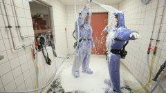 Лекари от берлинската болница Charite направиха демонстрация пред журналисти на своите действия при случай на ебола. Клон 59 на тази болница е един от малкото в Германия, способни да поемат случаи на смъртоносния вирус. Тук лекар и медицинска сестра демонстрират процедура на деконтаминация като част от лечението на вируса