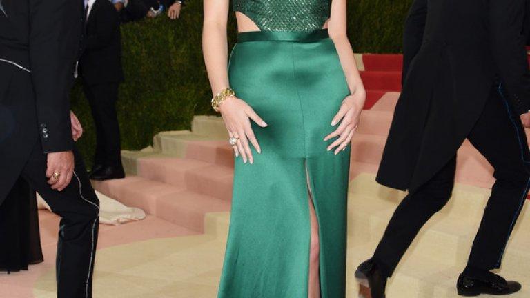 """Актрисата и певица Хейли Стейнфелд бе с изумрудено зелена рокля от H&M с изчистени изрязани детайли, придаващи изтънченост. Корсетът бе с мрежа от пайети върху копринена органза, а дългата до земята пола бе с висока цепка в предната част.  """"Като истински почитател на приноса на H&M за модната индустрия, бях горда да си сътруднича с дизайнерския им екип, за да отбележим усета си за стил и да подчертаем темата на тазгодишния Мет Бал"""", коментира Хейли Стейнфелд"""
