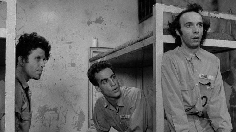 """""""Извън закона""""  Историята проследява двама престъпници, които се запознават в затвора в Ню Орлиънс. Към тях се присъединява и италианецът Роберто (Роберто Бенини), който с лошия си английски едновременно ги дразни и забавлява. Сивото ежедневие на изтормозените американци рязко се пречупва след срещата с дребния, но винаги оптимистично настроен чужденец, който с хумора си разведрява опитите им за бягство от затвора."""