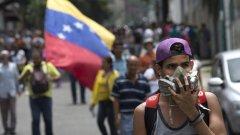 Наивно е да смята, че венецуелците сами ще решат съдбата си, когато Кремъл подпомага Мадуро военно, а Пекин е вложил милиарди в страната.