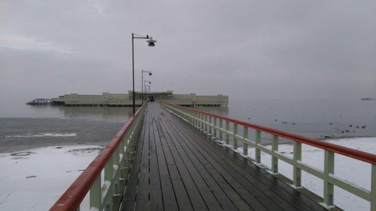 """На този мостик в третия по големина шведски град - Малмьо, са снимани различни сцени от сериала """"Мостът"""" (Broen). Забележителния """"реквизит"""" от филма обаче е само една от причините да посетите Малмьо, Копенхаген и моста Йоресунд между Швеция и Дания"""