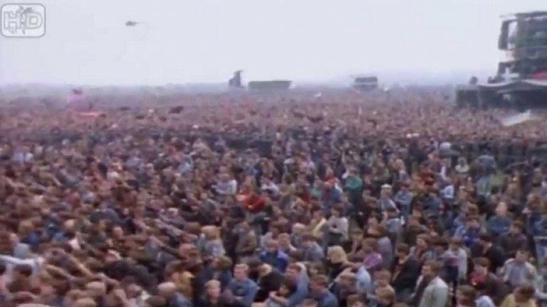 """...Руското правителство се е договорило с  Time Warner Company да хоства безплатно шоуто на летище Тушино - може би с цел да успокои виждащите края на """"империята на злото"""" руснаци. 11 000 войници са изпратени на място, за да осигуряват спокойствие и ред. За съжаление концерът се оказва крайно смъртоносен: 53 души са стъпкани и умират, а ужасът потъва в еуфорията на наближаващите промени"""