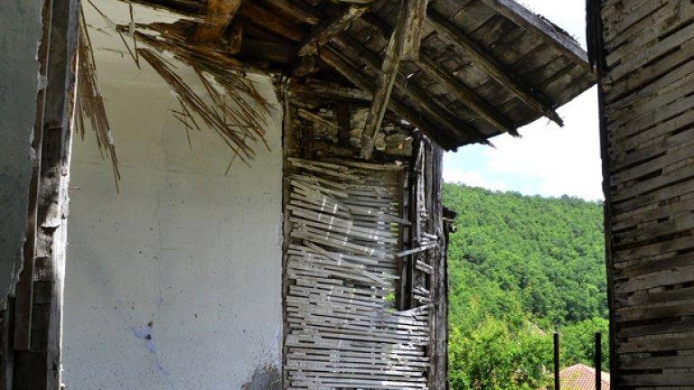 От някогашния опит за реставрация на къщата са останали само една бетонна плоча и няколко стърчащи арматурни железа.
