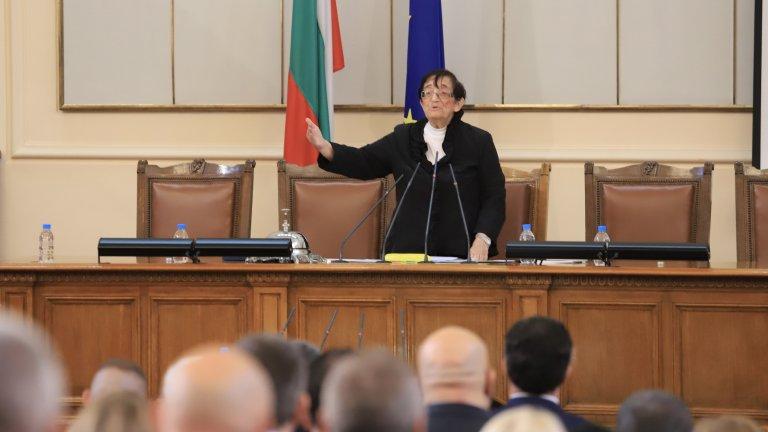 """Мика Зайкова от """"Има такъв народ"""" ръководи първото заседание на новия парламент"""
