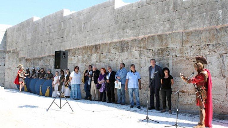 """Яйлата - 2.2 милиона лева     Старата византийска казарма от V век в местността """"Яйлата"""", Камен бряг, бе безмилостно надстроена с 6 метра камък и гранитни блокове, въпреки съпротивата на неправителствени организации и няколко протеста. Кметът на Каварна Цонко Цонев преряза лентата на новия """"атракцион"""" с повърхностна хореография на византийски легионери и деца в носии, и освирквания от еколози и археолози.    При първата копка на обекта Цонев гарантира, че """"Яйлата"""" няма да е новият """"Дисниленд"""", но противниците му твърдят, че няма екологична оценка. """"Ако през V век византийците са имали еколози, тази крепост нямаше да съществува"""", отсече Цонев в интервю пред Нова телевизия, а по-късно в негова защита се изказа и историческият монополист Божидар Димитров, според когото след зимата ще се заличи разликата между оригиналния зид и новия градеж.    По време на строителните дейности се появиха сведения как работниците къртят камъни от вътрешността на казармата, за да ги използват за надграждане на стените, но това не трогна никого.    """"Яйлата"""" е скален пещерен град със 101 жилища, чийто зародиш историците откриват в 5-тото хилядолетие преди Новата ера, а след това в исихастки манастирски комплекс, както и уникална природна територия от 300 дка в мрежата на НАТУРА 2000 и защитена зона """"Калиакра""""."""