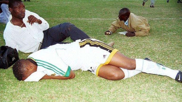 5. Зимбабве срещу ЮАР, юли 2000 Квалификацията за Мондиал 2002 между двете страни в Хараре завършва фатално за 13 души.  След като гостите отбелязват за 2:0, радостта на Делрън Бъкли предизвиква остро недоволство сред феновете на домакините. Те нахлуват на терена, като футболистите са вкарани в съблекалните. Образува се меле, което полицията решава да разпръсне със сълзотворен газ. В навалицата, 13 човека са стъпкани до смърт.