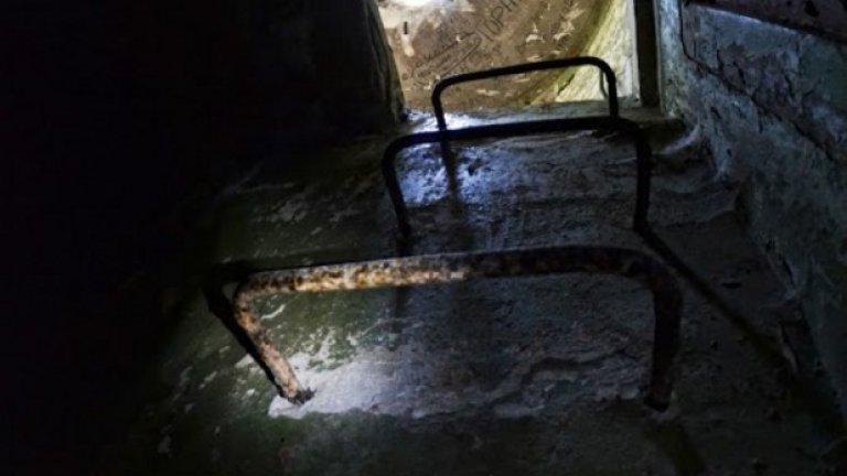 Ръждива стълба изплува от мрака и отвежда към вътрешността на едно железобетонно картечно гнездо.