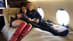 Кристиано и Джорджина се чувстват страхотно на борда на частния си самолет.
