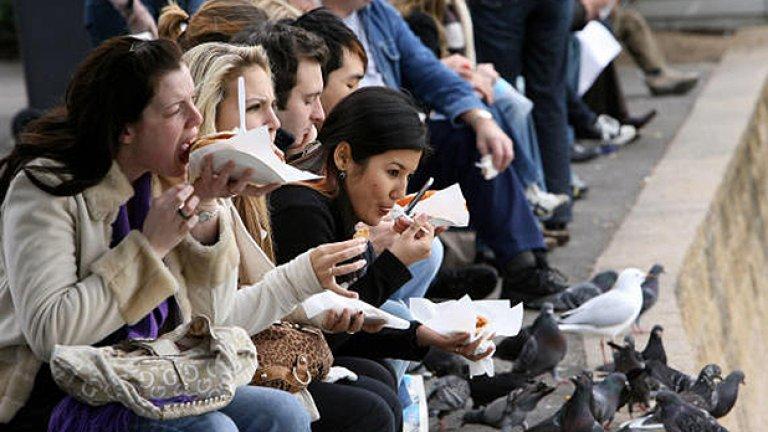 Австралийците обичат да похапват пай с месо. Вътре има и сос, лук и често гъби и сирене, така че запрятайте ръкави