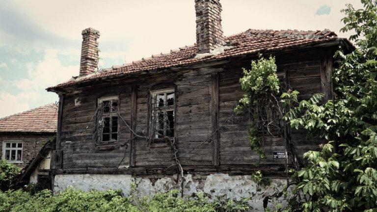 Избуялата растителност от някогашните дворове обгръща запустелите домове.