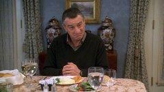 """Робърт де Ниро в """"Запознай се с нашите""""   Робърт де Ниро е изиграл толкова много любими на публиката образи, че е трудно да ги изброим поименно. Но от 2000-а година неговата кариера рязко тръгва надолу, когато приема ролята на ревнивия татко Джак в """"Запознай се с нашите"""". Ролята на подозрителния бивш агент на ЦРУ е меко казано несериозна и дори огромният талант на де Ниро не спасява положението. След този """"семеен"""" филм дойде цяла серия от проекти, с които актьорът загуби огромна част от феновете си. В """"черния списък"""" се нареждат продълженията на комедията за семейство Фокър, """"Тежка сватба"""", """"Последният пенсионерски запой"""" и ужасията """"Ох, на дядо!""""."""
