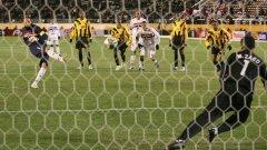 Рожерио Сени бележи във вратата на Ал Итихад по време на световното клубно първенство през 2005 г.