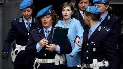Аманда Нокс по време на процеса в Италия - заради бавното правосъдие и противоречията по делото, казусът се превърна в международен проблем (галерия)