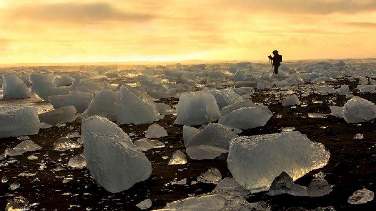 Ледниковото езеро Йокулсарлон е една от най-внушителните гледки, които могат да се видят в Исландия. Плажът се отличава с черния си вулканичен пясък, контрастиращ с ледените блокове отгоре