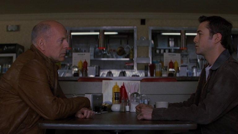 Looper: Убиец във времетоГодина:2012Райън Джонсън е сценарист и режисьор на този сайфай екшън, който мозъкът дъвче дни наред след края му.Причината? Годината е 2044. Машина на времето все още не е измислена, но 30 години по-късно такава вече има и мафията я използва, за да разчиства сметките си. Начинът за това е да изпраща наемни убийци (loopers), които да ликвидират неудобни хора, a един от тях (Джоузеф Гордън-Левит) изпълнява задълженията си безкомпромисно, докато един ден не е изпратен да убие самия себе си (Брус Уилис).