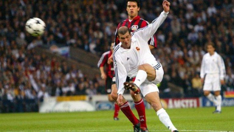 Топката дойде на левия му крак, той просто се завъртя и от въздуха отправи неспасяем удар - оказал се победен на финала на Шампионската лига, 2002 г. Този гол няма как да бъде забравен