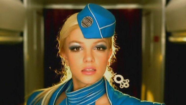 """9. """"Toxic"""" на Бритни Спиърс е отказана от Кайли Миноуг  Песента от 2004-а, която донесе на Бритни нейната първа награда """"Грами"""", можеше изобщо да не е изпълнена от нея. Спиърс отново има късмет. Песента е предвидена за Миноуг, която чува кратка част от нея и решава, че не желае да я изпълнява. По-късно, след като """"Toxic"""" става хит, Кайли казва, че човек просто трябва да се примири с такива пропуснати възможности."""