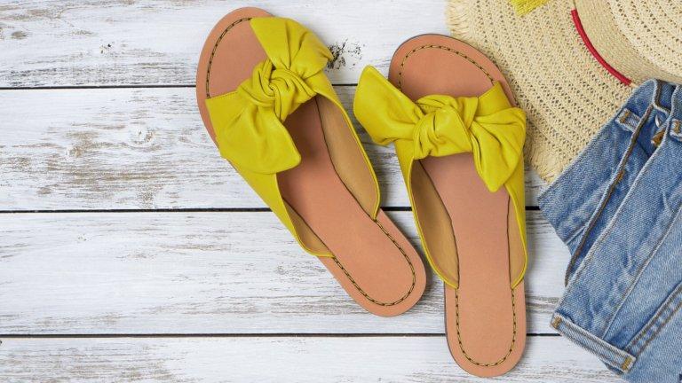 Ниски чехли с панделка или възелПанделките и възлите също са актуален аксесоар към сандалите и летните обувки. Предпочитаме ги на ниски комфортни чехли, с които можем да се появим навсякъде – на брънч с приятелки, на небрежна вечеря на някоя тераса и даже на плажа, където ще заместим грозноватите джапанки с ето такъв модел.