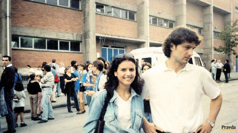 """Дубовски и приятелката му Аурелия пред стария стадион в Овиедо """"Карлос Тартиере"""" преди обновлението му през септември 2000 г., само няколко месеца след смъртта на Петер"""