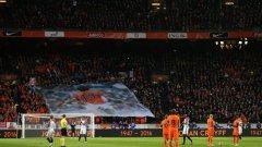 """Фенове с банери, на които се вижда лика на Кройф, изпълниха стадион """"Амстердам Арена"""""""