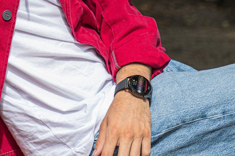 Крис Захариев носи Huawei Watch 3, който е най-младежкият вариант от серията, с изцяло черен корпус от закалена стомана и черна силиконова каишка. Тази конфигурация е готова за всякакви приключения, дори във вода. Цялата серия Watch 3 носи огромен потенциал за посрещане на нови и нови предизвикателства - в спорта, в поддържането на добро физическо и психично здраве, и най-вече - във воденето на все по-наситен с богати преживявания живот. За това помагат богатството от функции, над 100 следени тренировъчни режима, мониторингът на съня и стреса и подробните статистики и на база на тях - идеи за подобряването им. Но най-големият и постоянно разгръщащ се потенциал идва от новата мощна операционна система на Huawei HarmonyOS, на която е базирана серията Huawei Watch 3. Благодарение на нея все повече приложения могат да бъдат инсталирани и използвани директно от часовника, като колекцията ежедневно се увеличава и дава нови идеи и възможности, подхранващи приключенския дух на собственика му.