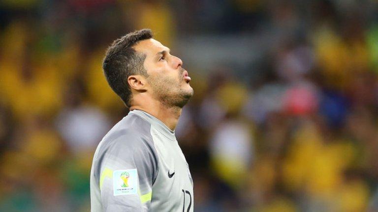 Жулио Сезар  Стана европейски шампион с Интер, след което пое за Англия и бе част от КПР. Записа 87 мача за бразилския национален отбор в периода 2004-2014. За последно в Европа пази на Бенфика, след което се завърна в Бразилия.