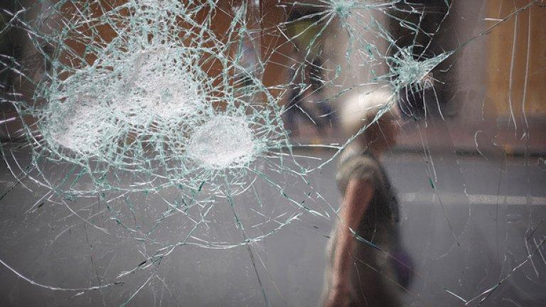 """Психоаналитикът Адам Филипс твърди, че болестта на """"стъклените хора"""" има своето логично обяснение в съвременното общество, в което тревогите за прозрачност и липсата на лично пространство са част от изживяванията на много хора"""