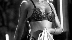 """Джесика Алба   През 2000-та започва поредицата Dark Angel, а билбордовете с Джесика Алба, облечена в прилепнал кожен панталон, сигурно са причинили не един пътен инцидент. Актрисата веднага привлича вниманието и въпреки че шоуто продължава само два сезона, бъдещето пред нея е обещаващо.   Тя е сладка и симпатична в """"Хъни"""", готина във """"Фантастичната четворка"""" и зашеметяваща като Нанси в """"Град на греха"""". Само че според много критици Алба не е особено добра актриса и сексапилният й външният вид не може да компенсира това. Все пак звездата продължава да се снима, но явно предпочита бизнеса си пред големия екран."""