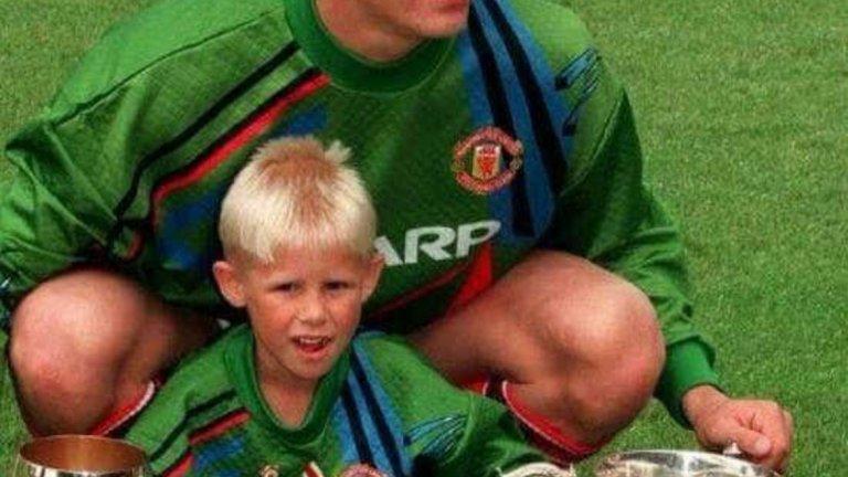 Петер Шмайхел с невръстия си син Каспър. Момчето не успя да повтори многобройните успехи на баща си, но също може да се похвали, че е шампион във Висшата лига на Англия.