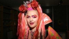 Тя е с впечатляваща розова перука, тежък грим, огромно деколте. Казва се Ейнджъл Айдиализъм и е най-известната астроложка в Ню Йорк.