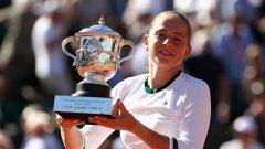 Остапенко стана втората най-млада шампионка на Ролан Гарос след Ива Майоли, която вдигна трофея на 19 г. през 1997-а.