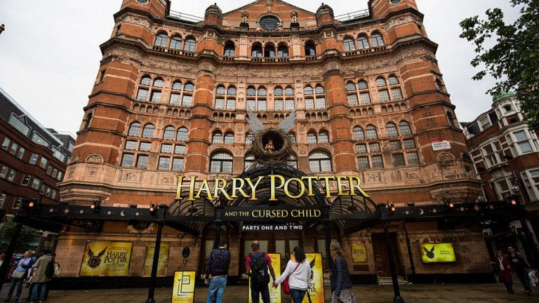 """Връщането на Хари Потър  Преди десет години Хари Потър изглеждаше като вчерашен феномен, готов да заеме мястото си на прашния рафт до """"Властелинът на пръстените"""" и """"Хрониките на Нарния"""". Но Джей Кей Роулинг не можа да устои да се върне назад, първо с """"Прокълнатото дете"""" (написана от Джак Торн по разказ на Роулинг) и поставена отчасти в главата на Хари, който е на средна възраст. И """"Фантастични животни и къде да ги намерим"""" - известна причина, поради която Джони Деп все още има работа."""