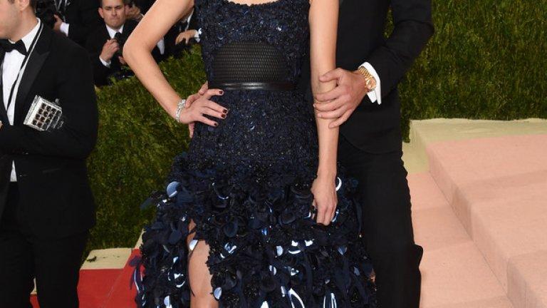 Известният модел Амбър Валета бе облечена с елегантна рокля от H&M, изработена от устойчиви материали. Роклята е изработена от копринена тафта в наситено синьо, украсена с над хиляда ръчно изрязани и пришити цветни листчета от органична коприна и пайети от рециклирана пластмаса. Ръчно изрязаните листчета от отразяващ винил са прикрепени чрез топлинна обработка. Приятелят на Амбър Теди Чарлз, носеше черен вълнен смокинг с широки ревери от копринен сатен и подчертани рамене.