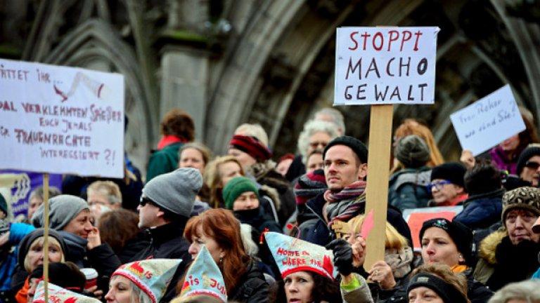 Толерантността е дясна, мултикултурализмът - ляв   Спрете мачо агресията е надписът на плаката от протеста в Кьолн след събитията в новогодишната нощ.