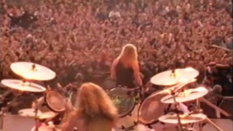 """AC/DC,Pantera,Metallica, The Black Crowes, Motley Crue в Москва Концертът от серията Monsters of Rock се провежда в руската столица точно два дни преди да се случи """"августовския пуч"""", който официално разпада Съветската империя. На 17 август 1991 година групи като Metallica, (които тъкмо на 12 август тъкмо са издали легендарния си """"черен"""" албум, пълен с вечни хитове), Mоtley Crue, Queensryche, The Black Crowes, AC/DC, Pantera и руската група E.S.T забиват  пред  1 600 000 души в руската столица"""