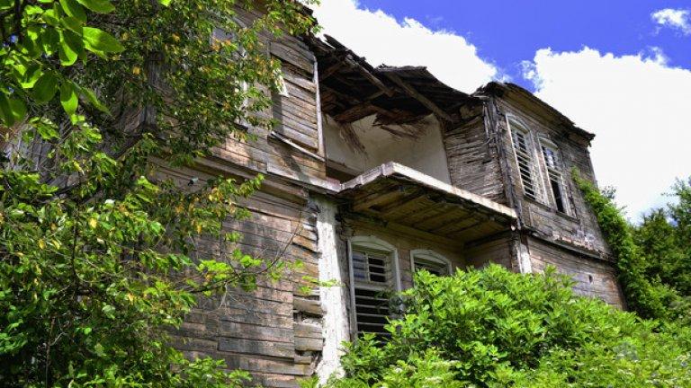 Неумолимият ход на времето не е в състояние да заличи красотата, която къщата притежава дори днес.