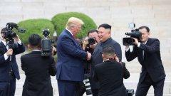 По време на срещата двамата лидери се здрависаха над линията, която разделя Северна от Южна Корея, а Тръмп премина границата за кратко като символичен жест.