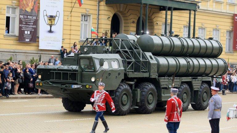 Общо над 1800 военни взеха участие в шествието
