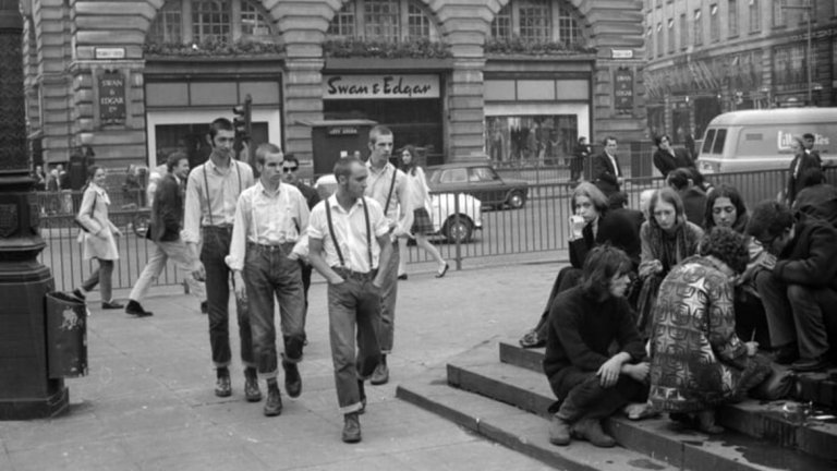 """""""Мeртенсите"""" вероятно биха останали работни обувки, ако не са субкултурите, които ги превръщат в символ на пролетариата. Най-голямата следа в историята на марката оставят скинхедовете."""