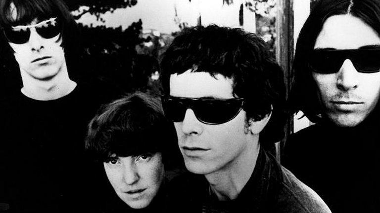The Velvet Underground - The Velvet Underground & Nico + White Light/White Heat  Няма как да очакваме от арт рок новаторите да са прекарвали огромно количество време в записи, особено при първите им два албума. Дебютният The Velvet Underground & Nico отнел общо 7 дни в студиото, макар и разпрострени в период от няколко месеца. Основната част от него била записана в една интензивна 4-дневна сесия.  Вторият албум на Лу Рийд и компания White Light/White Heat заслужава още повече внимание. Това издание от 1968 г. било записано само за два дни, като това включва и последната песен – епичната Sister Ray, продължаваща над 17 минути и реализирана в едно-единствено изсвирване. Свободни импровизации, без втори дубъл, без корекции и поправки. Песните в White Light/White Heat звучат сурово и в тях не липсват грешки, но албумът става култова класика, която години наред вдъхновява купища прохождащи музиканти.
