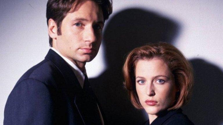 """Досиетата Хикс (2001-2002) """"Досиетата Хикс"""" са паранормален сериал за агентите на ФБР Мълдър (Дейвид Духовни) и Скъли (Джилиан Андерсън) и сексуалното привличане между тях, което възниква, докато двамата разкриват загадъчни престъпления.  Със сигурност това не е сериал за Доджет и Райес. Кои?! Това са агентите на ФБР, въведени в продукцията, за да компренсират за напускането на Духовни след седми сезон и очакването напускане на Андерсън, която все пак остава в сериала.  Въпреки опита на продуцентите да направят плавен преход между главните герои (Духовни все пак се появява в няколко епизода на последните два сезона), това така и не се получава. Сериалът става: Доджът и Райес разкриват престъпления, а Скъли е просто гост-звезда. Паранормалният елемент все още е интересен в последните сезони, но това просто не са """"Досиетата Хикс""""."""