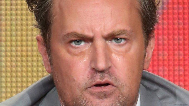"""Матю Пери  Без съмнение, името на Матю Пери ви е познато от хитовия сериал """"Приятели"""", но знаете ли още, че канадският актьор е и голям фен на ролевите игри? В свое интервю за шоуто на Елън Дедженеръс той разкри, че е прекарал стотици часове в света на Fallout 3. Пери бил дотолкова запален, че ръката му буквално се схванала от игра и трябвало да му поставят инжекция, за да се възстанови. В края на гостуването си актьорът подари на водещата свое копие от Fallout 3 с автограф.  Медийната изява не остана незабелязана от шефовете на Bethesda, които отправиха покана към Пери да озвучи един от персонажите в следващата игра от серията Fallout: New Vegas. Така актьорът наистина стана част от антиутопичния свят на Fallout."""