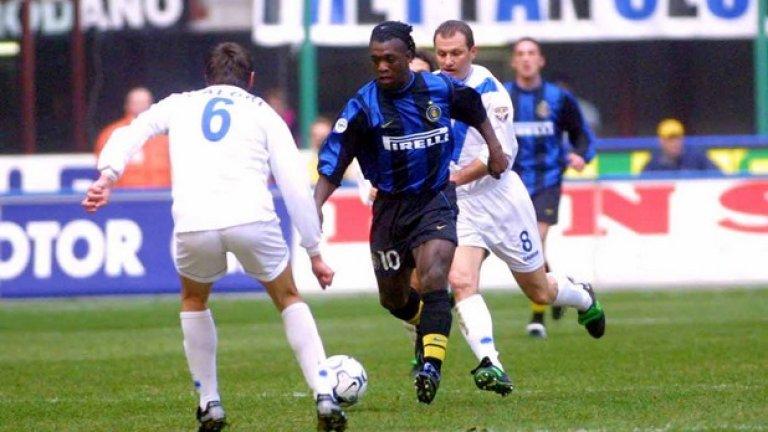 """Кларънс Зеедорф от Интер (2000-2002 г.) в Милан, 22,50 млн. евро + Франческо Коко Още един играч, продаден в градския съперник. Точно преди Мондиал 2002 Зеедорф пое към Милан, а Франческо Коко подписа с Интер. Бранителят записа едва 26 мача за пет години с """"нерадзурите"""", докато Зеедорф се утвърди като един от най-добрите халфове в света, носи фланелката на Милан повече от десетилетие, изигравайки над 300 мача. Спечели две титли в Серия """"А"""" и на два пъти триумфира в Шампионската лига."""
