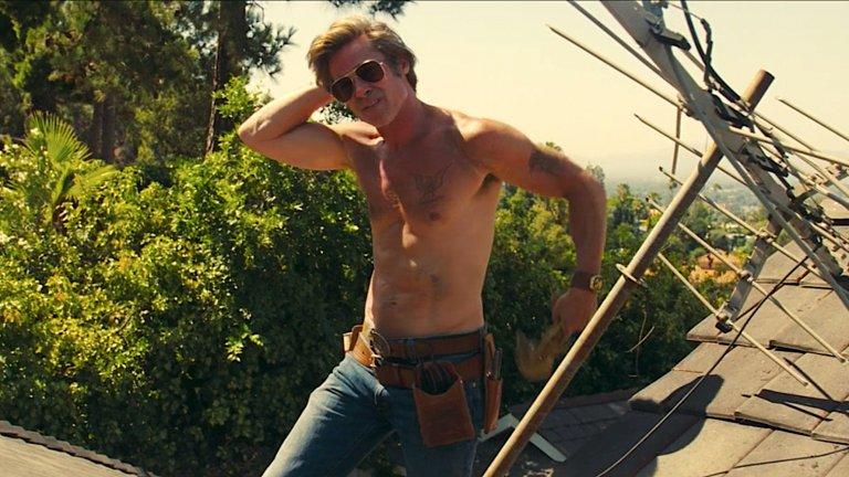 Когато Тарантино видял как Брад Пит сваля ризата си в тази сцена от Once Upon a Time in Hollywood, бил силно впечатлен от неговата игра, защото в истинския живот актьорът всъщност бил свенлив по отношение на разсъбличането. Е, ние също останахме безмълвни, но по съвсем други причини.Ето защо сега решихме да умножим приятната емоция от подобни гледки и да съберем някои горещи кадри от филми, в които няма никакви пречки между погледа ни и тялото насреща...