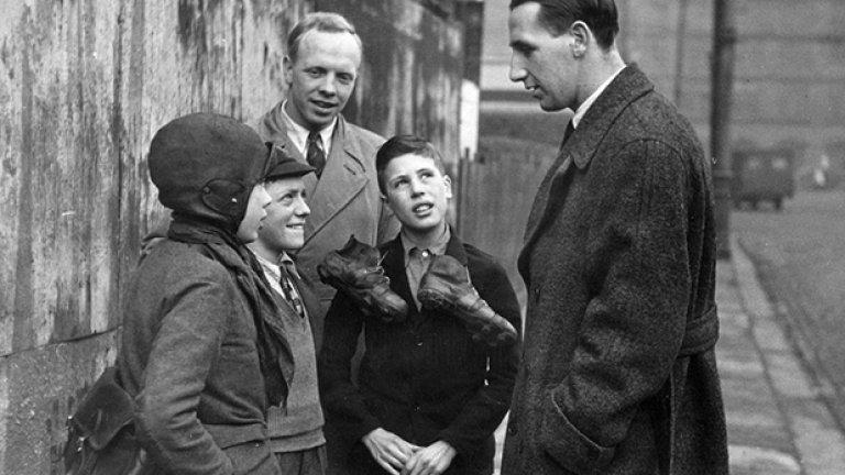 Томи Лоутън говори с малки фенове скоро след като преминава от Челси в Нотс Каунти за 20 хил. паунда през 1947-а - трансферен рекорд по онова време. Лоутън изиграва 151 мача за Каунти за 4 години преди да завърши кариерата си в Лондон - Брентфорд и Арсенал.
