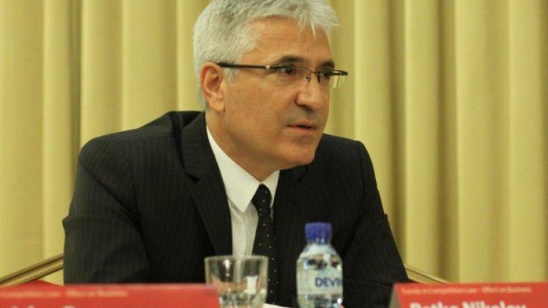 Въпреки че поредният мандат на Петко Николов приключи още преди 6 месеца и макар че по закон няма право на трети рунд, той ще продължи да ръководи КЗК благодарение на властовия форсмажор - неспособността на парламента да му намери заместник