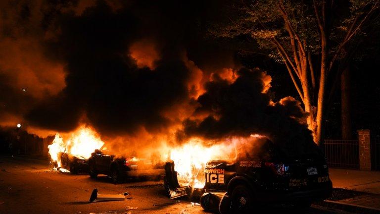Полицейска кола, запалена при протестите в Атланта, Джорджия.