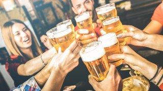 """Решили сме да кажем """"Не!"""" на традиционализма и """"Да"""" на коктейлите с бира.  Седем препоръчани от нас миксове можете да видите в нашата галерия:"""